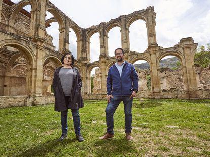 Juanmi Gutiérrez y Esther López en el monasterio de Santa María de Rioseco (Burgos).