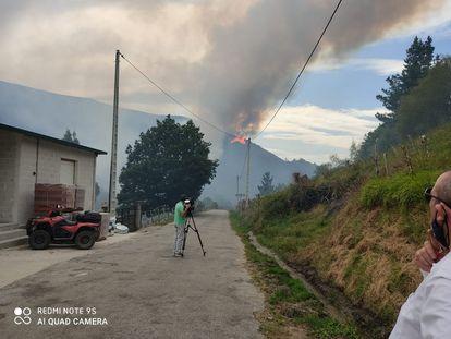 Un cámara de televisión graba desde Rebordechao el nuevo foco iniciado hoy al mediodía en San Mamede (Macizo Central).