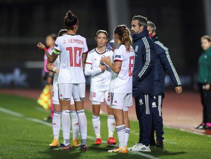 El seleccionador de España, Jorge Vilda (derecha), charla con varias de sus jugadoras este viernes durante el partido ante Moldavia en la Ciudad del Fútbol de Las Rozas.