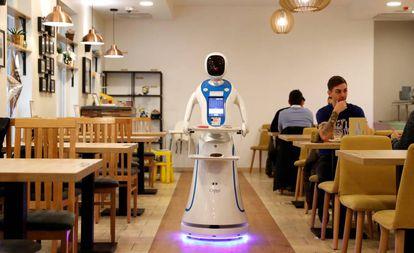 Un robot camarero, en una cafetería de Budapest.