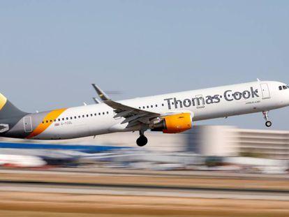 Un avión de Thomas Cook despega en el aeropuerto de Palma de Mallorca.