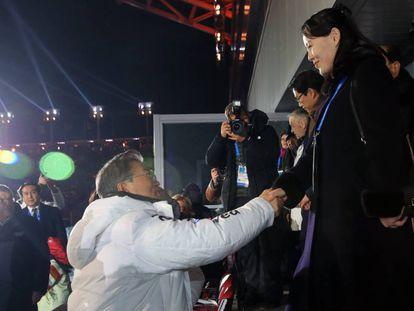La hermana de Kin Jong-un (derecha) saluda al presidente surcoreano, Moon Jae-in (izquierda).