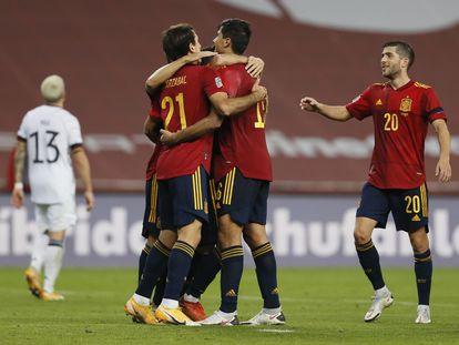 Los jugadores españoles celebran el sexto gol de España durante el partido de la Liga de las Naciones ante Alemania la noche del 17 de noviembre.