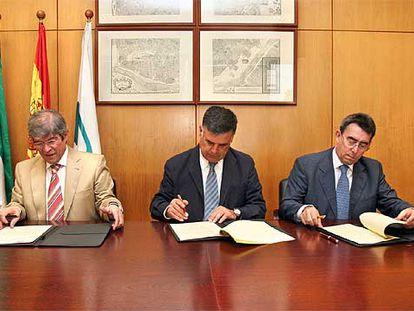 José María Bueno Lidón, José Antonio Viera y Luis Navarrate en la firma ayer de un acuerdo.
