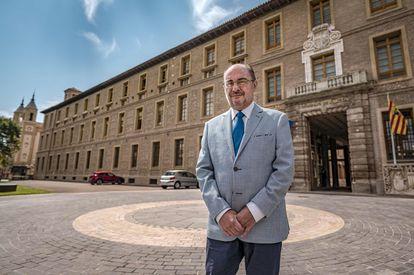 El presidente de Aragón, Javier Lambán, este viernes junto a la sede del Gobierno regional, en Zaragoza.