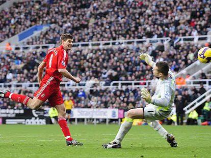 Gerrard, en el momento de marcar uno de sus dos goles al Newcastle.