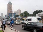 Vehículos en una carretera de Kinsasa, capital de la República Democrática del Congo. La ciudad africana avanzó siete posiciones con respecto al año pasado hasta ubicarse en el sexto lugar de la clasificación de Mercer.