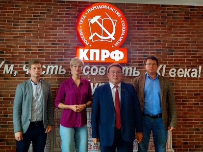 En la sala de juntas, ante el neón con el símbolo del Partido Comunista, varios de sus miembros de la formación en Kurks: Alexander Ponarin, primer secretario del Komsomol (su organización juvenil), y los candidatos a la Duma Svetlana Kanunnikova, Nikolai Ivanov y Alexéi Bobovnikov