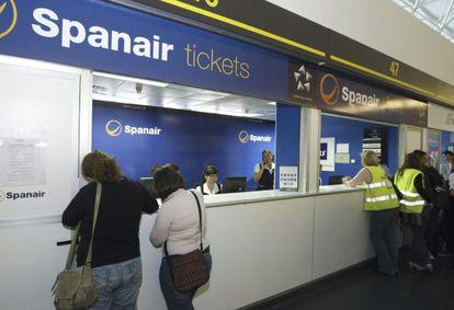 Dos pasajeras de Spanair presentan su reclamación en las oficinas de Gran Canaria.
