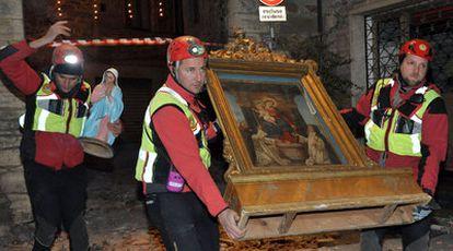 Los servicios de rescate transportan una Virgen y un cuadro de la iglesia de Spina, cerca de Perugia, después de que un terremoto sacudiese el centro de Italia.