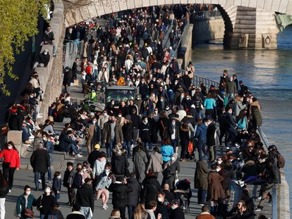 Cientos de ciudadanos pasean este sábado por la rivera del Sena, en París, ciudad que vive un confinamiento desde este fin de semana por el aumento de casos.