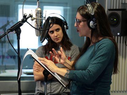 VÍDEO: Así se hizo 'Mujercitas'. En la imagen, Macarena García (Amy) y Eva Soriano (Beth), graban 'Mujercitas' en la Cadena SER.
