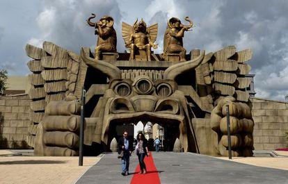 Visitantes en la inauguración del parque temático Cinecittà World.