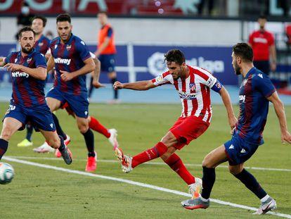 Koke (c) dispara a puerta durante el Levante-Atlético.