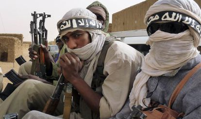Milicianos del grupo islámico salafista Ansar Dine, en un vehículo en Kidal, en el noreste de Mali, el 16 de junio 2012.