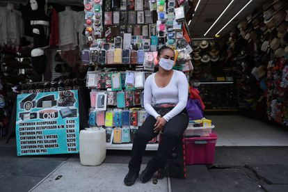 Una mujer usa una mascarilla en un puesto callejero en el centro de Ciudad de México.