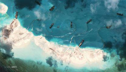 Imagen aérea tomada por el CSIS de los trabajos de barcos chinos en un arrecife de las Spratly.