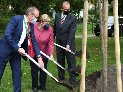 Angela Merkel, junto al alcalde de Templin, Detlef Tabbert, y Franz-Christoph Michel, durante la celebración de los 750 años del municipio.