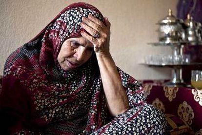 Aisha Gharbalha madre de Ahmed Daudi, hospitalizado tras ser gravemente herido en el intento de acceder al campo de desplazados Gdaim Izik