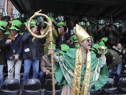 Varias personas disfrazadas participan en la festividad de San Patricio en Dublín, Irlanda.