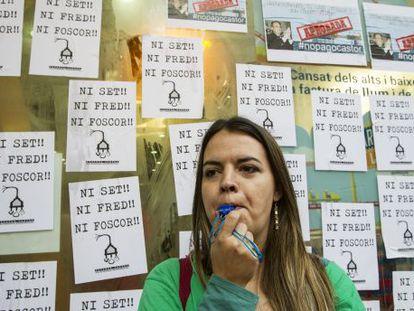 Un miembro de la PAH protesta contra la pobreza energética.