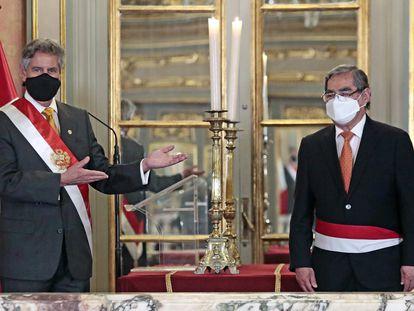El presidente peruano Francisco Sagasti presenta al nuevo ministro de Salud, Óscar Ugarte.