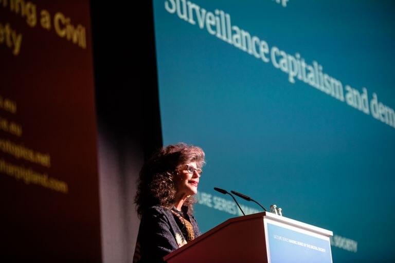 """Shoshana Zuboff, durante una charla sobre el """"capitalismo de vigilancia"""" y la democracia, en Berlín."""