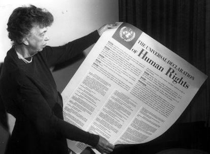 Eleanor Roosevelt muestra la Declaración Universal de Derechos Humanos aprobada el 10 de diciembre de 1948 por la Asamblea General de Naciones Unidas.