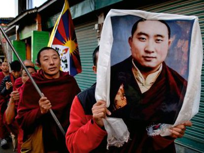 En procesión y con velas, banderas y retratos en mano, salen a las calles de McLeod Ganj (Dharamsala) cuando corre la noticia de un nuevo inmolado en Tíbet.