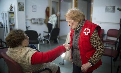 Concha Herrera (derecha), con una paciente en el centro de la Cruz Roja de Córdoba.