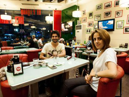 Laura AlKhadour y Aisa Yousef, en un café de Jaramana, barrio colindante con la línea del frente.