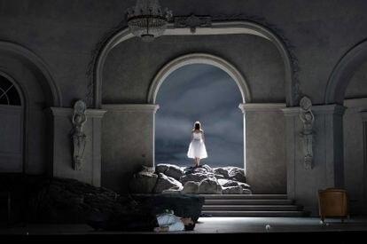 Con el príncipe (Eric Cutler) muerto en primer plano, Rusalka (Asmik Grigorian) se dirige hacia lo desconocido en la última escena de la ópera.