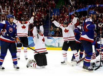 Los canadienses celebran un tanto ante Eslovaquia en las semifinales.
