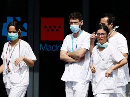 Personal sanitario a la entrada del hospital de La Paz de Madrid.