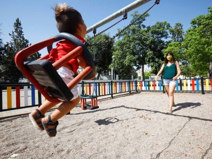 Una niña juega en uno de los 180 parques infantiles que el Ayuntamiento de Córdoba.