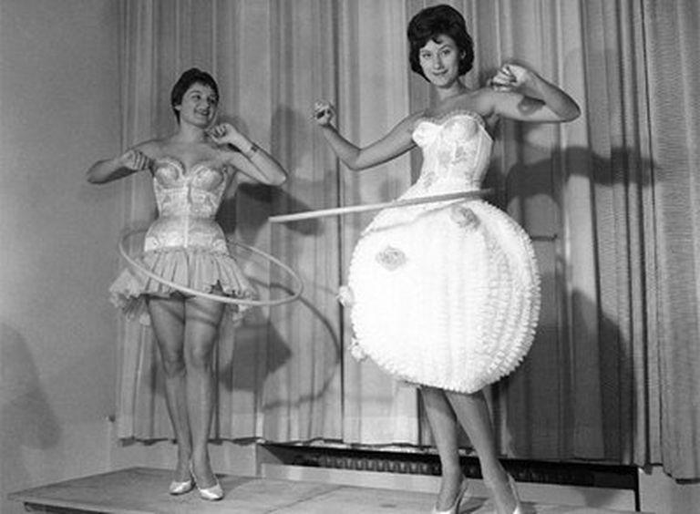 Hula Hoop est né en 1958 et rapidement popularisé dans l'ouest Monde, à travers des téléviseurs en noir et blanc.
