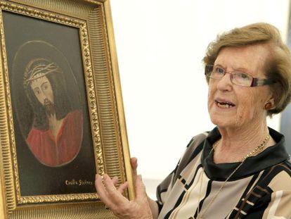Cecilia Giménez enseña uno de los cuadros que expone en su muestra.