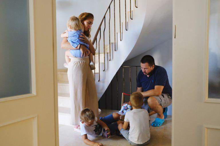 Almudena Millán y Luis Ocaña, con sus tres hijos en su casa en Montequinto (Sevilla).
