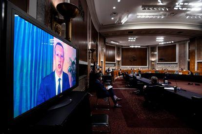 El fundador de Facebook, Mark Zuckerberg, testifica de manera remota frente al Senado de EE UU para hablar sobre el papel de las redes sociales en las elecciones de 2020.