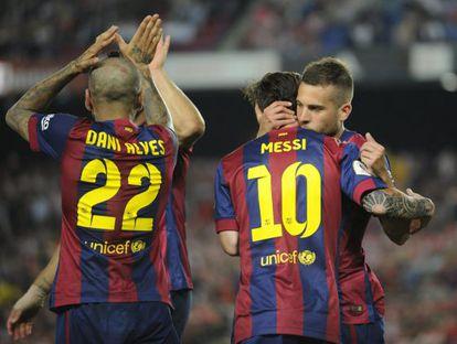 Jordi Alba abraza a Leo Messi, el pasado sábado.
