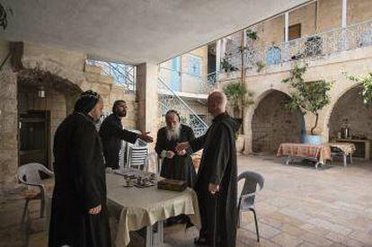 Escena en dicho monasterio y habitación de Shimon Çan.