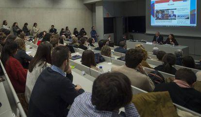 Antonio Caño, en la mesa junto a la decana de la Facultad de Comunicación, Charo Sádaba, imparte este miércoles una clase de periodismo en la Universidad de Navarra.