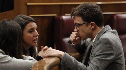 Íñigo Errejón habla con Irene Montero, su sustituta como portavoz de Podemos en el Congreso, hace 15 días.