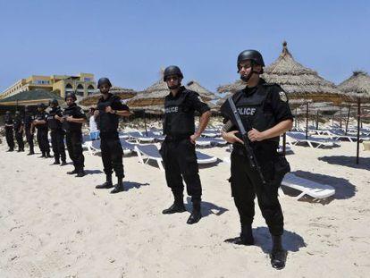 La policía vigila las playas del hotel Imperial Marhaba situado en el popular complejo turístico de Susa, el pasado día 3.
