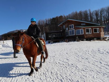La guía Sakie Miya, en el rancho Dosanko.