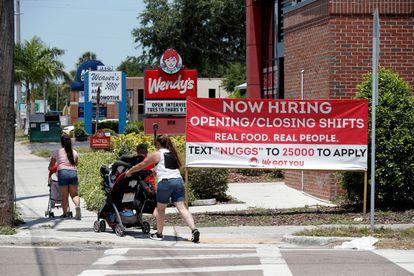 Anuncio de un restaurante de comida rápida en Tampa (Florida, EE UU) que busca empleados, el pasado 1 de junio.