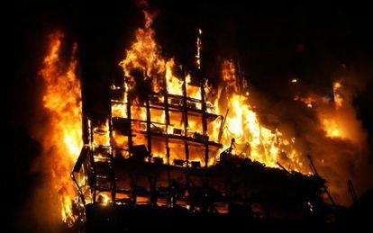 El edificio Windsor en llamas.