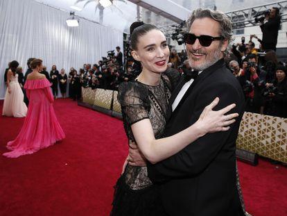 Joaquin Phoenix y Rooney Mara, en los premios Oscar de 2020.