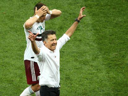 Chicharito y Osorio, tras el triunfo.