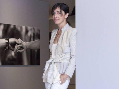 La fotógrafa francesa posa junto a una de sus imágenes más célebres, 'Insensé III' (Londres, 1998). Se trata de un detalle de las manos de McQueen y una de sus musas, la modelo Shalom Harlow, al final del desfile Nº13.